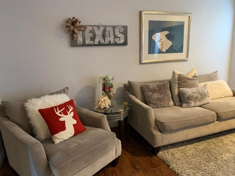 Cozy, clean,  quiet 2Bd/2Ba fully furnished condo in the heart of Galleria, vacation rental in Houston