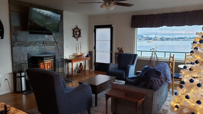 Directly on the water overlooking the US Navy fleet.  Private boat launch., holiday rental in Port Orchard