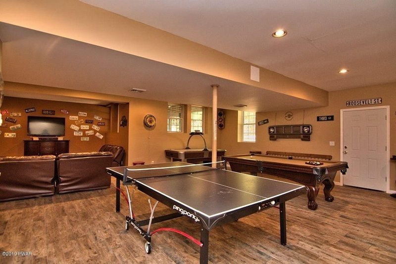 ITS BACK UP! 5 Bedrooms 4.5 Bathrooms W/ AMAZING Game Room Beautiful Bearadise, vacation rental in Narrowsburg