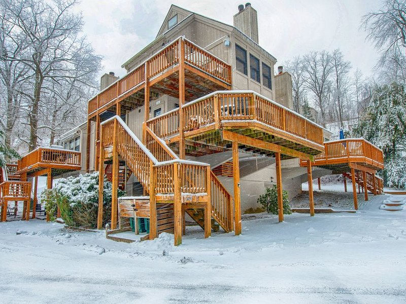 Condo w/ lake view, deck, & firepit - walk to the community dock, holiday rental in McHenry