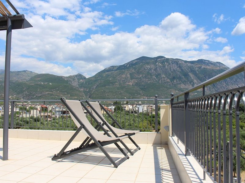 New, cozy loft with unlimited view 3' from the sea, holiday rental in Messini