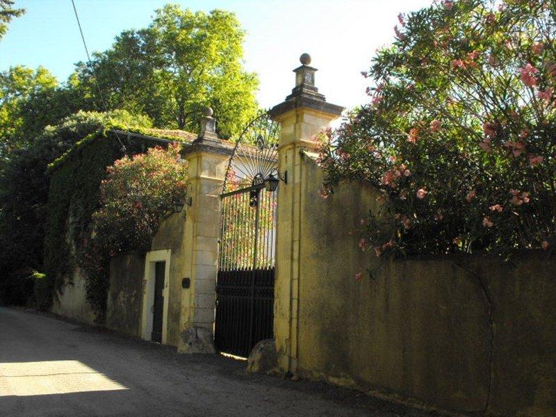 Appartement 160 m dans Mas Provençal renové, securisé, verdure, tranquillité, location de vacances à Caveirac