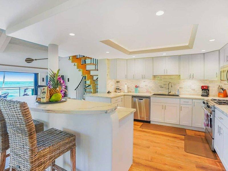 Luxury 2-Story Oceanfront Condo w/ Views & Pool, casa vacanza a Wailua