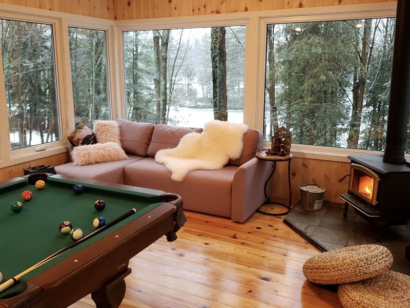 Waterfront Cottage Retreat With Hot Tub and Sauna, aluguéis de temporada em Lakefield