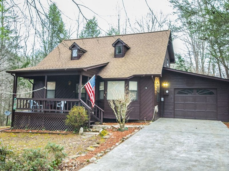 Nice Country Cabin with Creek and Internet Access. 3 Bedrooms, Screened Porch, vacation rental in Young Harris