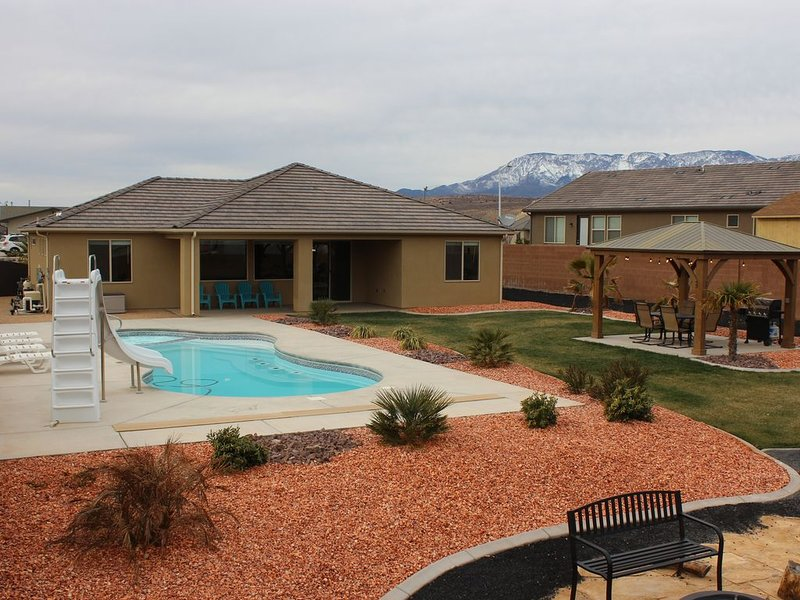 Beautiful New Home near Zions with PRIVATE POOL, SLIDE, GAZEBO, XBOX and GARAGE, holiday rental in Toquerville