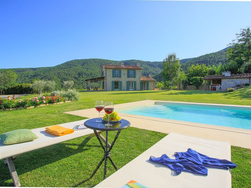 SUNRISE - SUNRISE typical country house with panoramic view, private pool, ideal, Ferienwohnung in Colle di Compito