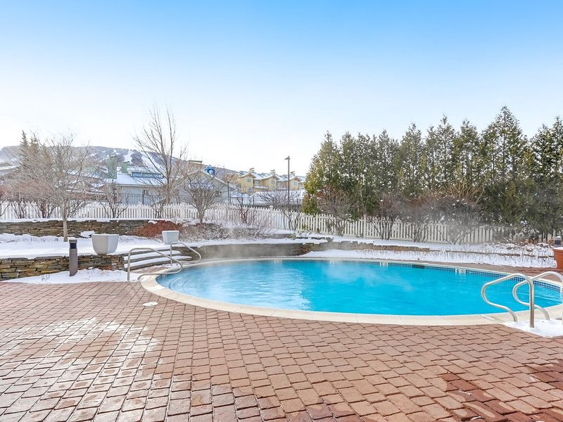 Stratton Mountain condo with shared pool, hot tubs, and sauna - Walk to lifts, location de vacances à Bondville