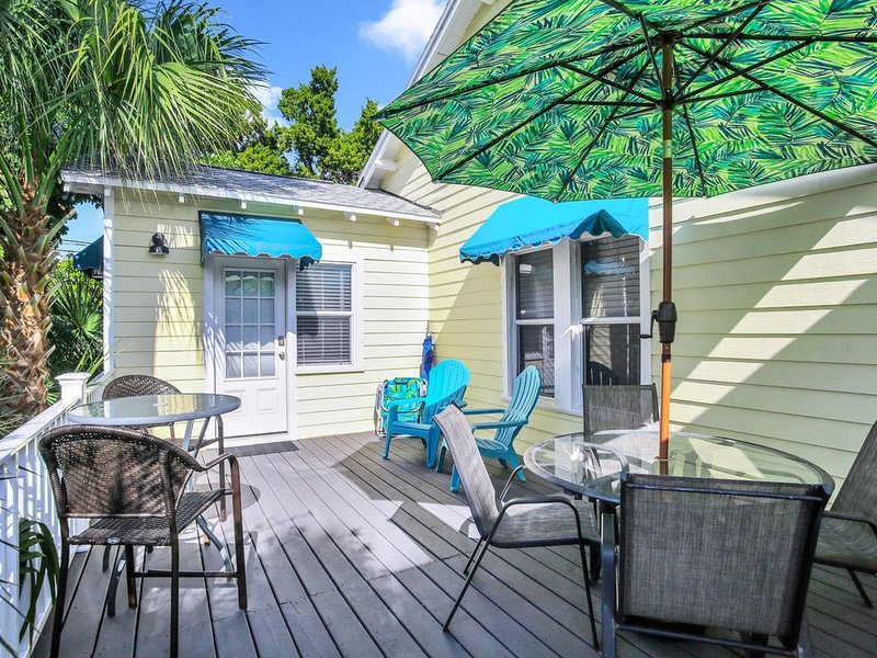 BEACH VIEW! Charming Cozy Cottage. Best Location 1BR/1BA Deck,Patio.,Beach Gear!, vacation rental in Clearwater