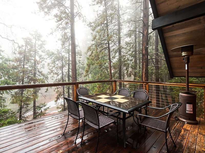 Beautiful, dog-friendly cabin with large decks, forest views, jetted tub, & more, alquiler de vacaciones en Pine Cove
