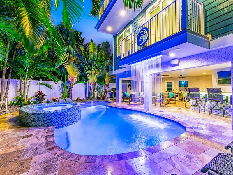 NEARLY BEACHFRONT-PRIVATE Heated Pool and Spa with Covered Pool Bar and Patio, aluguéis de temporada em Siesta Key
