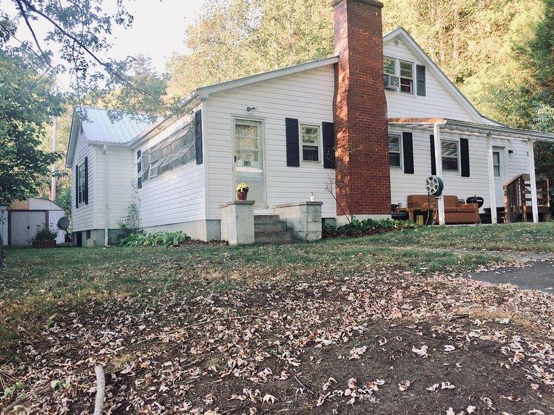 Vintage family home  Close hiking trail 25 min Asheville , 15 min  Weaverville, alquiler de vacaciones en Mars Hill