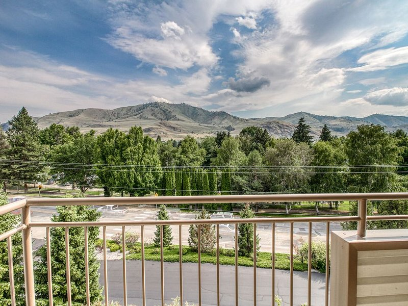 Top-floor condo w/ shared pool & hot tub, near lake access &  downtown!, aluguéis de temporada em Chelan