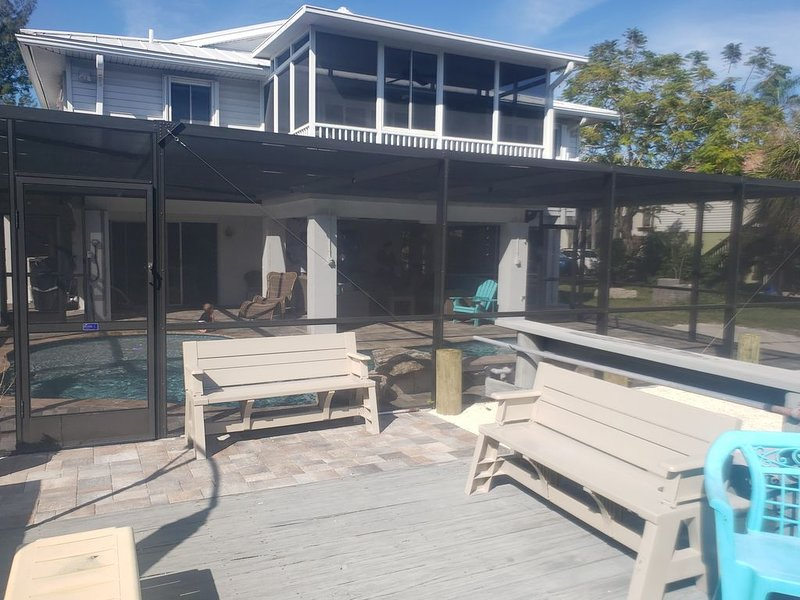 SALT CANAL BOAT RAMP DOCK 12K BOATLIFT CAGED HEATED POOL & DOUBLE UNIT DISCOUNTS, vacation rental in Cortez