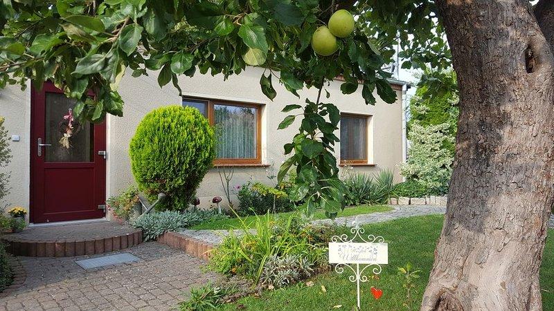 'Traumzeit für Zwei' mit WLAN und Sitzecke im Garten, Fahrradverleih, holiday rental in Hohenzieritz