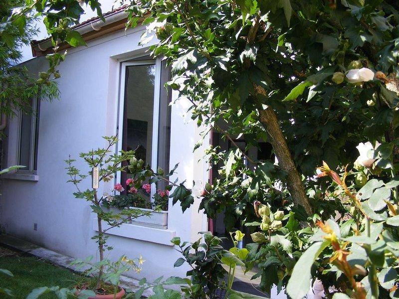 Maisonnette au fond d'un jardin,à 30 minutes du centre de Paris., location de vacances à Seine-Saint-Denis