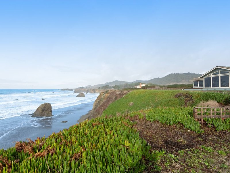 Oceanfront home on the bluffs w/ sunroom & private beach access!, location de vacances à Fort Bragg