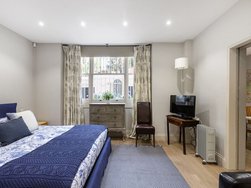 Next To Kensington Gardens Fabulous Studio With Own Entrance In Private House, vacation rental in London