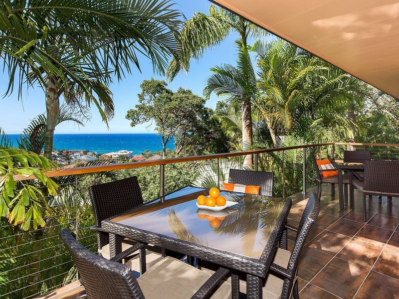 Coolum 'Ocean Views' Dog Friendly 2 min walk to be, vacation rental in Coolum Beach
