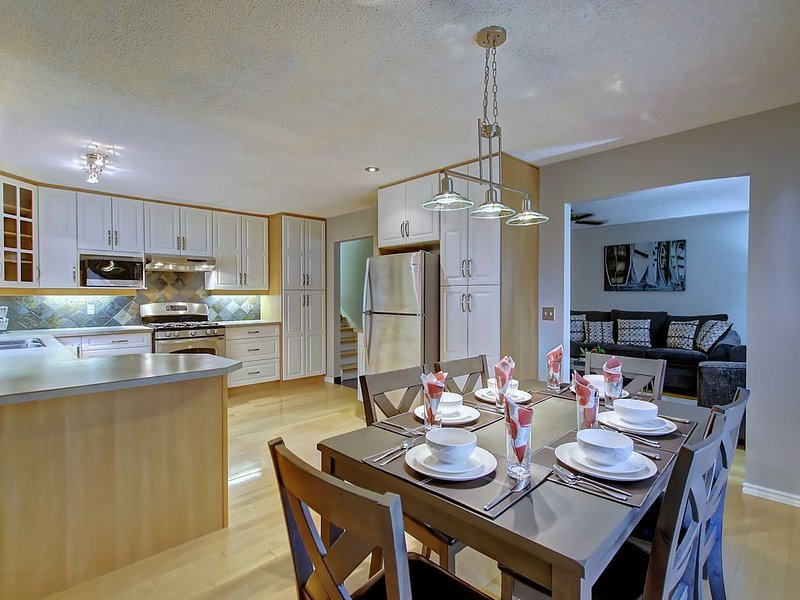 Minutes From Downtown- Space For Everybody in Open Concept Home- AC & Fireplace, holiday rental in Airdrie