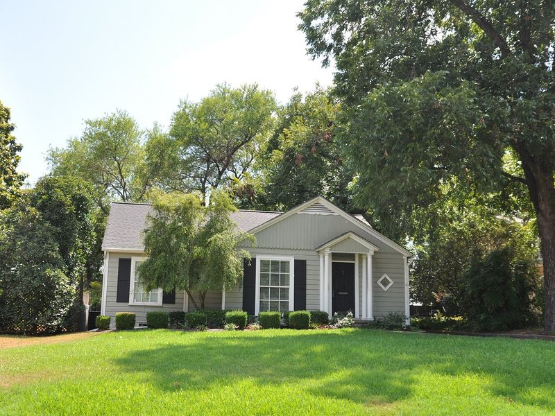 Minutes from Magnolia, enjoy the Little Cottage on famous Austin Avenue., casa vacanza a Waco