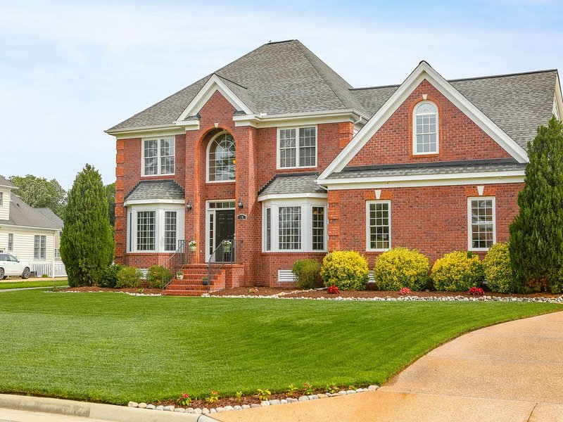 Beautiful 2 story brick home on a  cul-de-sac. On a big pond., vacation rental in Smithfield