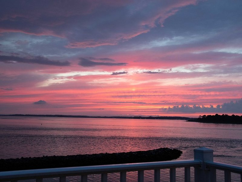 WATERFRONT END UNIT-BEAUTIFUL SUNRISE/SUNSET VIEW-POOL-TENNIS-WALK TO BEACH, holiday rental in Bethany Beach