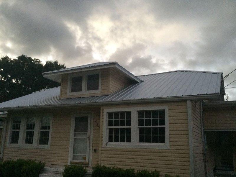 House with large deck, walking distance to Historic Downtown Winter Garden, aluguéis de temporada em Winter Garden