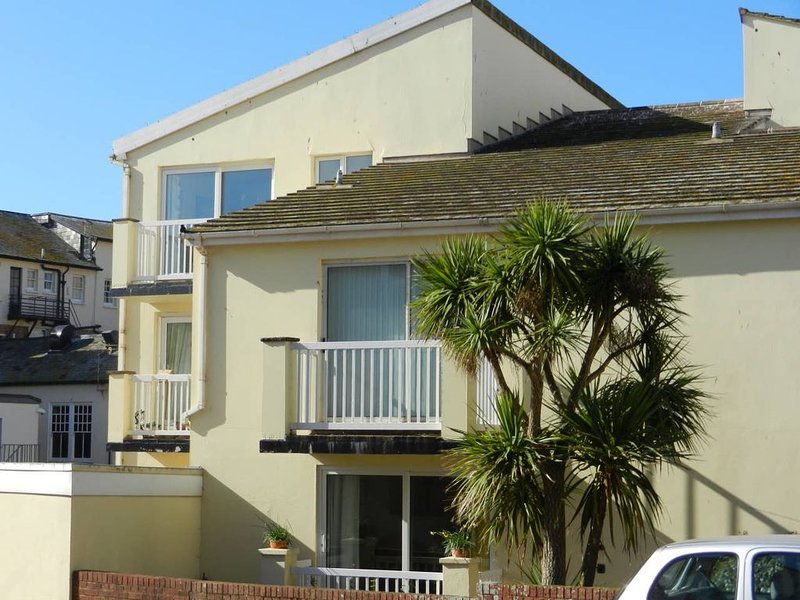 Contemporary apartment with parking, lift, balcony,  close to sea front and town, holiday rental in Sidford