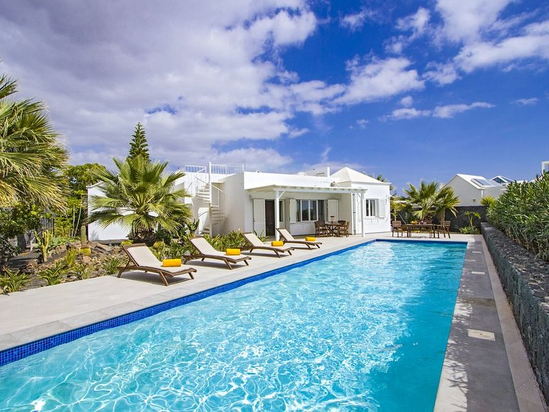 PLAYA REAL - Stunning Villa with 15m Heated Pool and Direct Access to Seafront, holiday rental in Playa Blanca