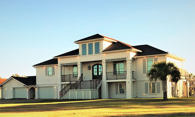 BEAUTIFUL WATERFRONT HOME WITH BOATHOUSE AND HUGE PORCHES!, alquiler de vacaciones en Lake Charles