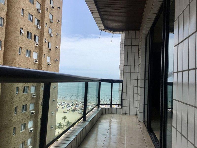 Apartamento com 3 quartos e sacada a 100 metros do mar, aluguéis de temporada em Praia Grande