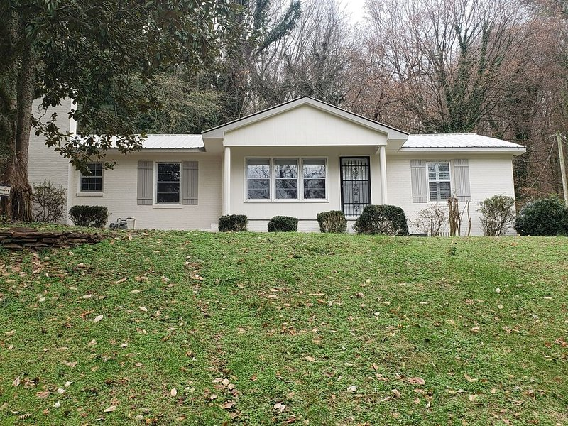 3 bedroom home with pool walking distance to Lake Guntersville sunset trail, holiday rental in Guntersville