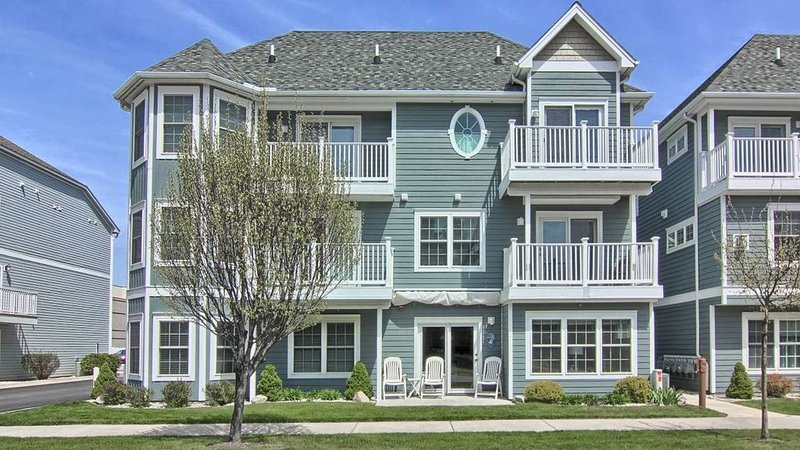 Downtown, TC Condo, Overlooking Gorgeous West Bay, in Traverse City, MI, vacation rental in Traverse City