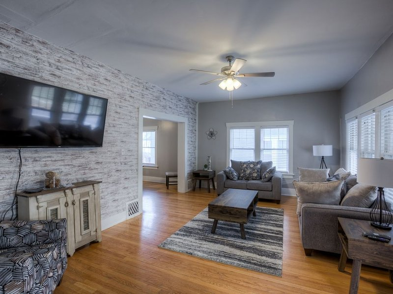 Big Midtown Home! Sports Room, Bunk Beds!, alquiler de vacaciones en Omaha