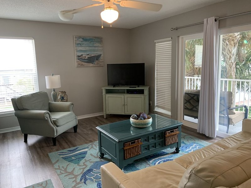 Great time to drive down to the beach! Great condo! Read our reviews., location de vacances à Navarre