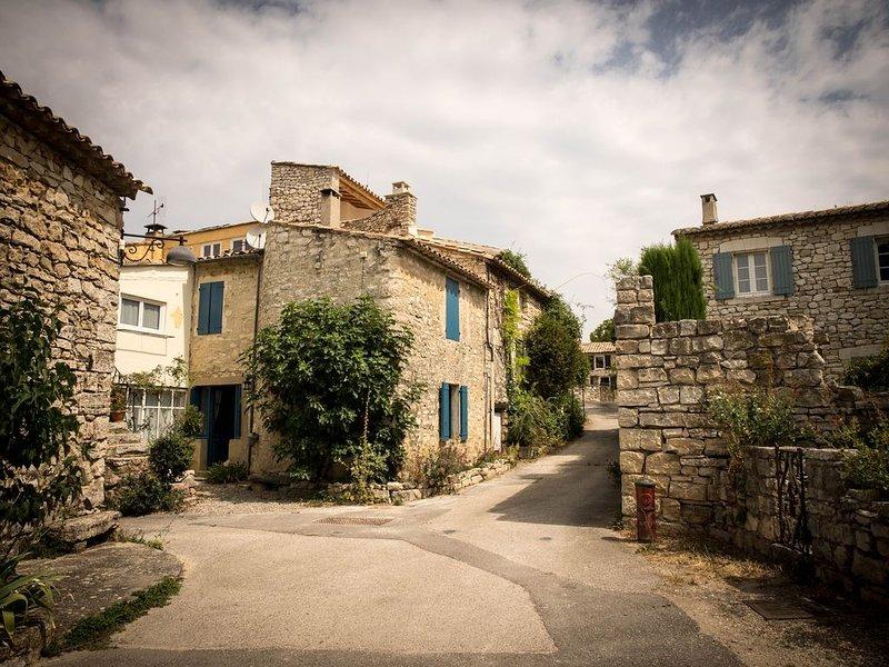 La maison bleue,  65 m² de charme et de caractère. Location 'tout compris', holiday rental in Murs