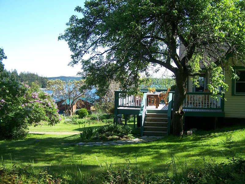 Maggie's Manor: STARTING AT $199  1-4 Bedroom Waterfront Island Home. View!View!, location de vacances à Deer Harbor
