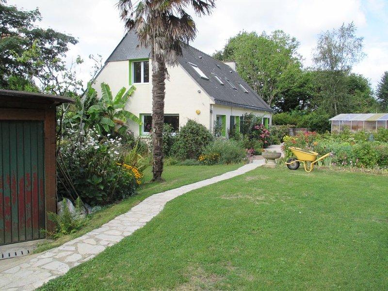 Grande maison de 185 m², terrasse, grand jardin arboré et fleuri bordé par un ru, vacation rental in Arzano