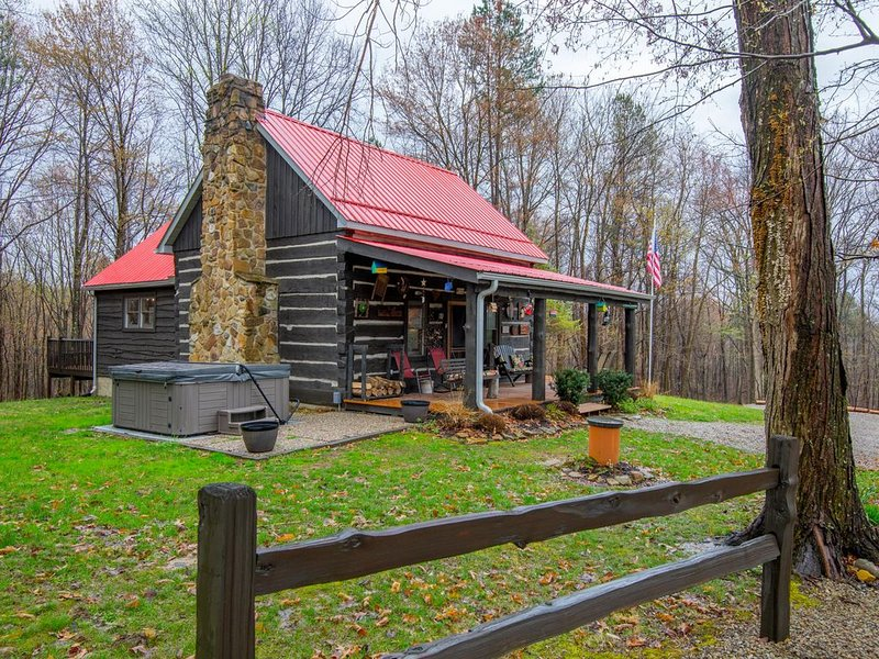 Authentic log cabin in a park-like setting. Just minutes from Rock House!, Ferienwohnung in Laurelville
