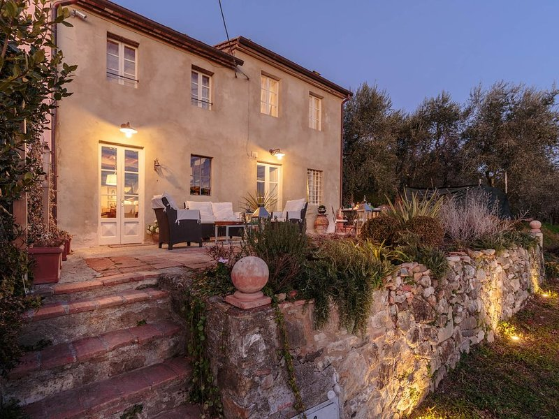 VILLA MARZIA, your Country Retreat with Garden and Panoramic View in Lucca, location de vacances à Segromigno in Monte