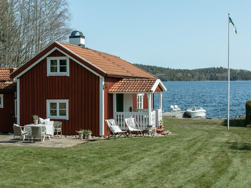 Mysig stuga med privat badstrand, location de vacances à Horn