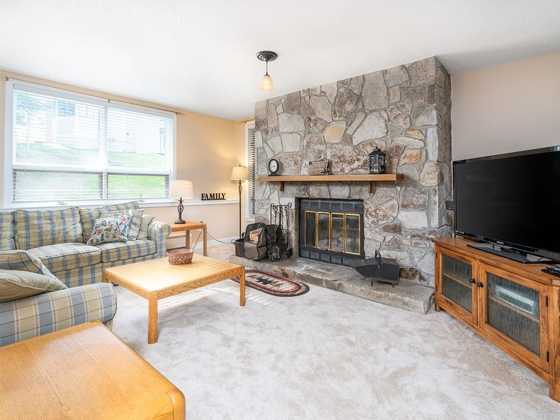 Slopeside Mountain Retreat! Ski Off, with Fireplace, alquiler de vacaciones en Dover