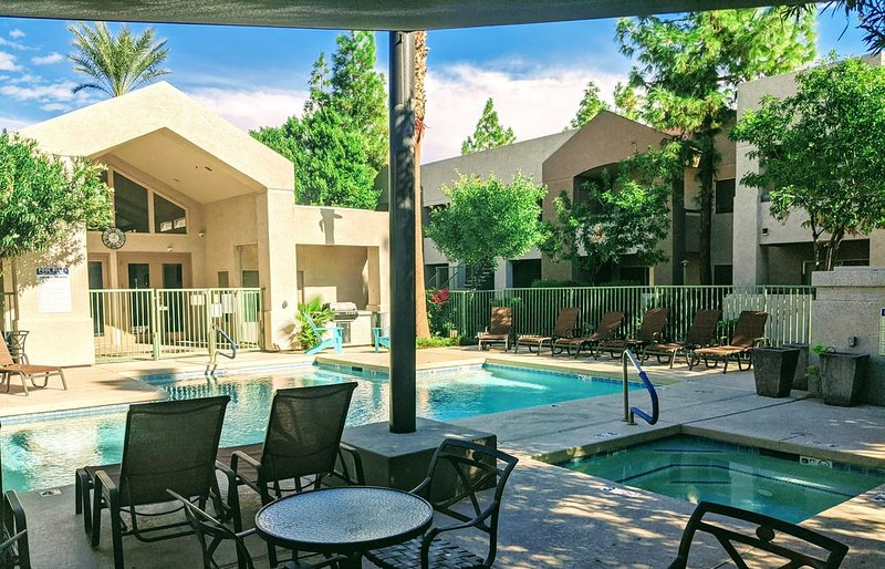 Gilbert Vacation Condo! Heated Pool, Hot Tub And Walking Distance To Downtown!, location de vacances à Gilbert
