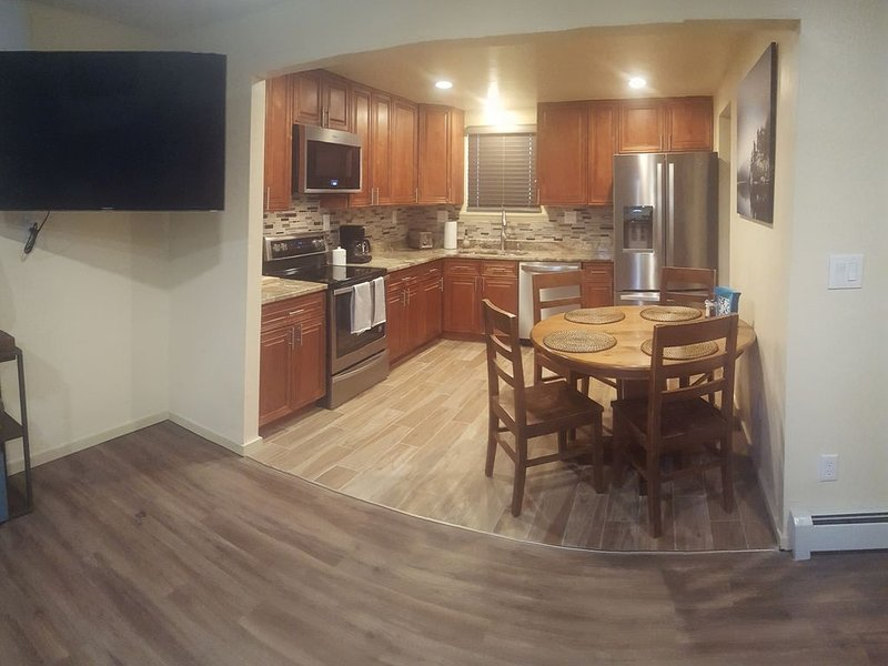 Great location. 13 m to Bronco Stadium,12 m to Coors Field, 17 m Downtown., holiday rental in Wheat Ridge