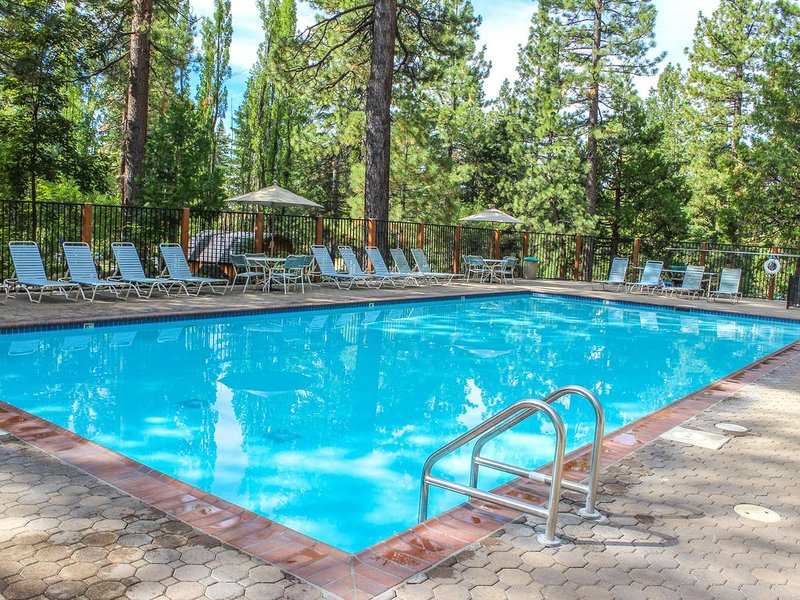 Comfortable condo w/ projector, gas fireplace, and pool access. Close to skiing!, holiday rental in Kings Beach