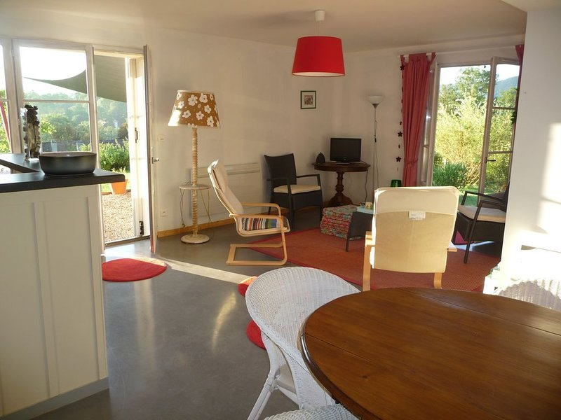 Splendide vue Pyrénées, Rez de jardin, 2 chambres, holiday rental in Moulis