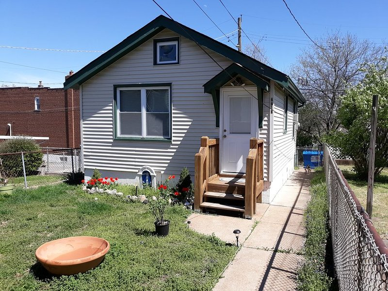 Cozy Studio Cottage on 'The Hill,' walkably close to everything! The Zoo, Park!!, holiday rental in Maplewood