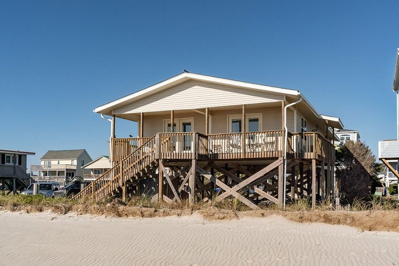 Beach Bums: 4 Bed/2.5 Bath Bright and Inviting Oceanfront Home, holiday rental in Long Beach