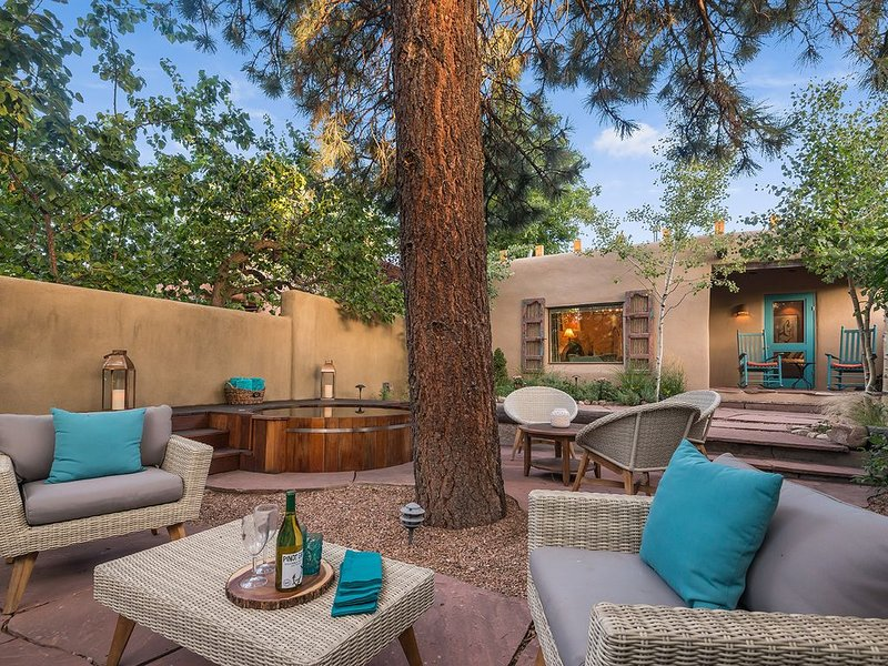 On Canyon Road!  Casita with Hot tub and Bikes! Awesome Reviews!, holiday rental in Santa Fe